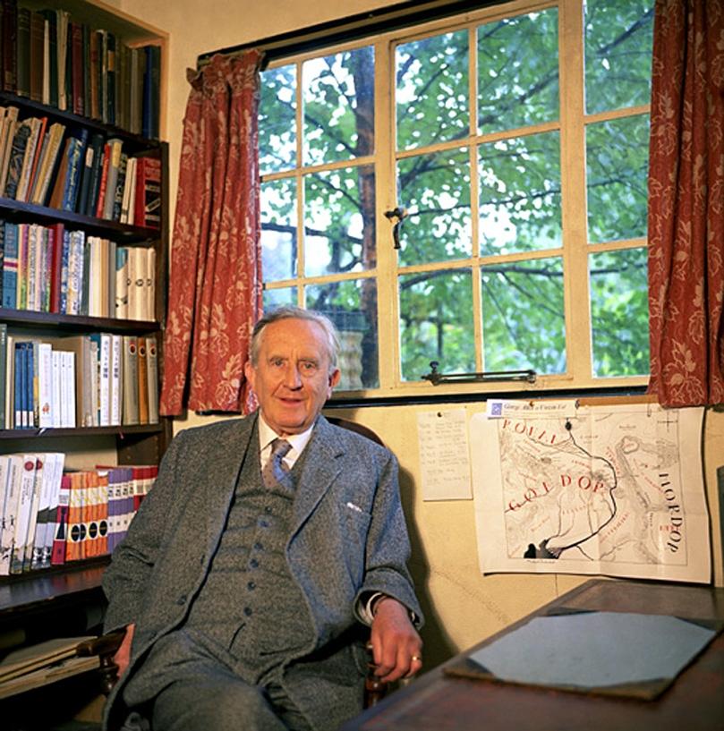 Tolkien çalışma odasında, Orta Dünya haritası da yanıbaşında...